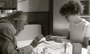 Volker David Kirchner und Franz Rieks beim Notenstudium
